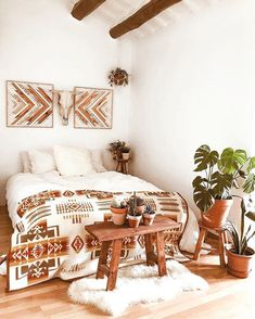 The Southwest-inspired room we dream about. Southwest Home Decor, Southwestern Home, Southwestern Decorating, Room Ideas Bedroom, Home Bedroom, Bedrooms, Bohemian Style Home, Western Rooms, Estilo Country