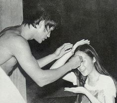 BIG BOSS - Bruce Lee et sa flûte silencieuse Bruce Lee Photos, Brandon Lee, Bruce Lee Family, Bruce Lee Martial Arts, Johnny Cage, The Big Boss, Martial Arts Movies, Rare Pictures, Muhammad Ali