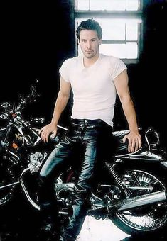 Keanu Reeves(John),he should definitely wear leather pants more.I mean if he wants to that is' okay,I'll just spit it out.he looks hot in this picture. - The wolf that kills Keanu Reeves John Wick, Keanu Charles Reeves, Gorgeous Men, Beautiful People, Motard Sexy, Keanu Reeves Quotes, Keanu Reaves, Bad Boys, Movie Stars