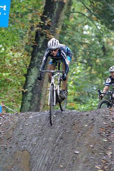 Christine Vardaros descends the steep hill at the Citadelle de Namur GVA cyclocross race. by Marc Van Est