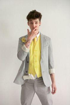 ビビッドなカラーのシャツとネクタイは、ブートニアのカラーとあわせることで統一感アップ!明るいカラーで目立っちゃいましょ。