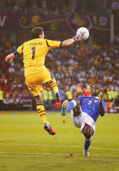 Spain 4 Italy 0 in 2012 in Kiev. Iker Casillas punches the ball clear from Mario Balotelli in the Euro 2012 Final. Best Football Players, National Football Teams, Soccer Players, Soccer World, World Football, Football Soccer, Soccer Goalie, Cr7 Messi, Neymar