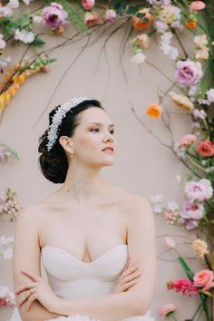Was für eine Coole Blumenwand! . . . Foto: @ladiesandlord Model: @polina.and.frenchie Kleid: @mabi_bridalboutique Blumen: @evelynkuehr Haarschmuck: @haarschmuck.ch . . . .  #makeup #swissmua #makeupartistschweiz #beauty #naturalbeauty #promlook ##weddinglook #brautmakeup  #bridalmua #bridalmakeupartist #beautyphotography #muagrapher #glamour #bridalmakeup #blumen #flowers #weddingflowers #bouquet #weddingbouquet #florist #floristik #flowerart #hairinspo #styledwedding Prom Looks, Wedding Looks, Wedding Bouquets, Wedding Flowers, Braut Make-up, Bridal Make Up, Beauty Photography, Up Hairstyles, Hair Inspo