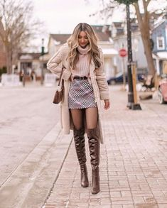 Do you also want to wear miniskirts and look chic? We share tips from fashionistas on how to wear miniskirts the grow-up way and not look trashy! Trendy Fall Outfits, Business Casual Outfits, Winter Fashion Outfits, Cute Casual Outfits, Girly Outfits, Look Fashion, Stylish Outfits, Autumn Fashion, Classy Chic Outfits
