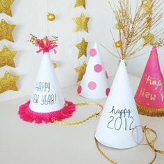 Bunte Partyhüte für die Silvesterparty in weiß, rosa und gold. Basteln zum Jahreswechsel. >> 10 Ways to Make Your Kid-Friendly New Year's Eve as Festive as Ever!