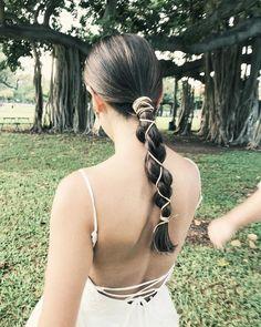 """ハワイ ヘアメイク 【hairmake LISA】 on Instagram: """". ⁑ タイトヘアに巻きつけて☺︎ ⁑ . #オシャレ花嫁 #おしゃれ花嫁 #タイトヘア #記憶に残るwedding #ブライダルヘア #ウェディングヘア #花嫁ヘア #ハワイ #ハワイウェディング #ヘアアレンジ #ハワイヘアメイク #ウェディングフォト #ビーチウェディング…"""" Pretty Hairstyles, Easy Hairstyles, Wedding Hairstyles, Up Styles, Hair Styles, Hair Arrange, Hair Setting, Marie Gomez, Grunge Hair"""