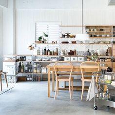 「【Compact Life Tips】Dining Room 食品庫と食器棚を兼ねたステンレスユニットシェルフが並ぶダイニングルーム。別売の引出やガラス扉、モジュールの揃った収納用品を使うことで、かたちやサイズの異なる物もすっきりとしまえます。 Dining room lined with…」