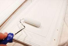 Te contamos todo lo que tienes que hacer para pintar los muebles de la cocina y conseguir que te queden genial. Una forma estupenda de renovar el espacio.