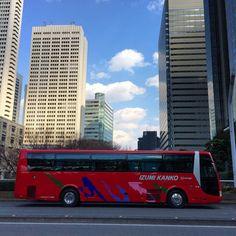 見慣れた場所でもこういうバスがいるだけでちょっと気にかかる景色になることがある青い空も貢献してるかな#shinjuku #tokyo