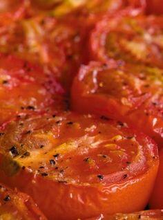 Tomates confites au four •Tomates •Ail •Huile d'olive  Herbes (romarin, thym, Provence,…) •Sucre en poudre •Sel, poivre  Couper vos tomates en 2.  Les mettre face en l'air dans un plat. Saupoudrer d'ail en poudre, sel, poivre, herbes (si on aime). Arroser d'un filet d'huile d'olive et saupoudrer d'un peu de sucre en poudre.  Laisser cuire au moins 2 heures à four doux (120/150ºC).