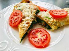 Recept: Vaječná omeleta se špenátem, šunkou a parmazánem Bruschetta, Avocado Toast, Low Carb, Breakfast, Ethnic Recipes, Food, Morning Coffee, Meals, Yemek