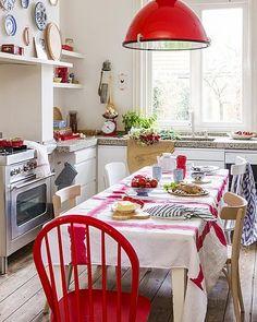 Rode kleuraccenten in de keuken.