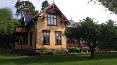 Sørfasaden 2000-talet Villa, Cabin, House Styles, Home Decor, Room Decor, Cabins, Home Interior Design, Villas, Home Decoration