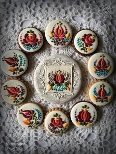 Mezesmana: Floral designs made for honey-cakes. Fancy Cookies, Iced Cookies, Biscuit Cookies, Cute Cookies, Sugar Cookies, Gingerbread Decorations, Gingerbread Cookies, Christmas Cookies, Cookie Frosting