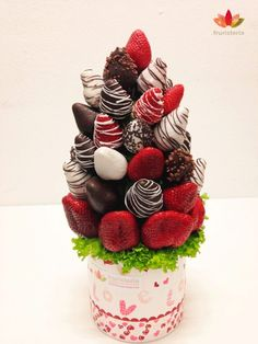 """Ramo de frutas """"Rojo Pasión Chocolate"""" que ha recibido por su cumpleaños una de las socias de @Amupema de parte de su marido y sus hijas   #Ramosconhistoria"""