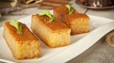 Υλικά Για το σάμαλι 450 γρ. σιμιγδάλι χονδρό 375 γρ. γιαούρτι 1 κοφτό κουτ. γλυκού μαγειρική σόδα 300 γρ. ζάχαρη 1/2 κουτ. γλυκού μαστίχα σκόνη 1 ½ κουτ. γλυκού μπέικιν πάουντερ 4 κουτ. σούπας βούτυρο, λιωμένο + επιπλέον για άλειμμα ταψιού αμύγδαλα ασπρισμένα ολόκληρα ή ινδοκάρυδο για γαρνίρισμα (προαιρετικά) Για το σιρόπι 500 γρ. ζάχαρη 375 ml νερό 1 λεμονιού το χυμό και ½ λεμονιού το ξύσμα 1/2 κουτ. γλυκού ροδόνερο ή 1 ξύλο κανέλα Εκτέλεση