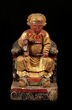 Statuette d'autel : Statuette décorée de dorures, peintures et collages rappelant le panthéon populaire de Fujian de J.J.M. de Groot  ORIGINE :R.P. de Chine - Province de Fujian  EPOQUE :deb XXe  11 cm (L) x 20 cm (H) x 7 cm (P)  380 g - Bois