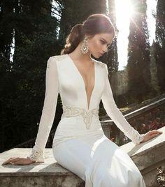 Une robe de mariée ornée aux épaules