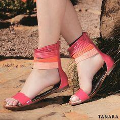 Rasteira em material envernizado. Com visual clean o destaque dessa sandália fica na sua tornozeleira cheia de tiras coloridas. Uma combinação linda! Ref. N7544
