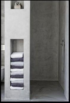 Betonwand Dusche mit eingelassenen Fächern für Handtücher