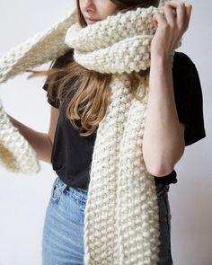 Echarpe Don't Stop - Wool and the Gang Chunky Knitwear, Chunky Yarn, Knitting Kits, Knitting Socks, Bamboo Knitting Needles, Cozy Scarf, Scarf Knit, Knit Scarves, Vogue Knitting