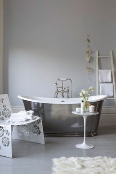 Grey bathrooms ideas you can choose for your house Gray Bathroom Walls, Gray And White Bathroom, White Bathroom Tiles, Grey Tiles, Bathroom Bath, Bath Tub, Small Grey Bathrooms, Accent Colors For Gray, Blue Accents