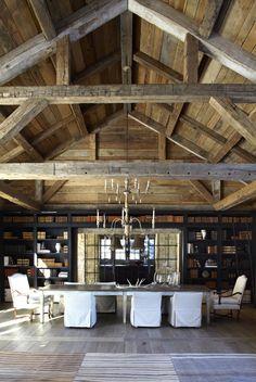 Un granero real ha sido utilizado para crear una gran sala de 1.000 pies cuadrados, se puso del lado de madera recuperada, que se sitúa en el centro del recinto