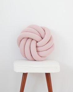 Poduszka supeł węzeł Knotted Pillow 'Rozetta'-Róż - Lululale - Poduszki dla dzieci