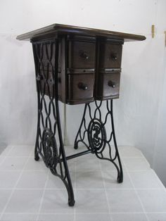 Vintage-Singer-Re-Purposed-Sewing-Machine-Stand-End-Table-w-Drawers.Isn't this wonderful Diy Sewing Table, Sewing Machine Tables, Treadle Sewing Machines, Antique Sewing Machines, Sewing Ideas, Furniture Update, Rustic Furniture, Furniture Makeover, Sewing Machine Drawing