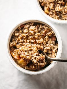 Nutritious Snack Tips For Equally Young Ones And Adults Five Minute Single Serving Apple Crisp With A Wholesome Oat, Pecan, And Coconut Oil Topping. Made Super Fast In The Microwave No Oven Required. Single Serving Apple Crisp Recipe, Chefs, Healthy Recipe Videos, Healthy Recipes, Oreo Torta, Yogurt, Nutella, Cake Mug, Bolo Fit