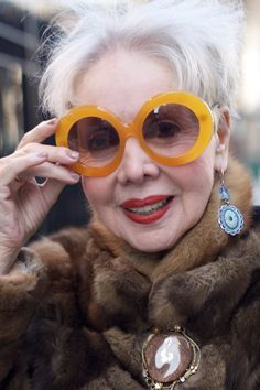Cool glasses, beautiful white hair and nice make-up. Always a smile. Dandy, Cool Glasses, Mature Fashion, Advanced Style, Aged To Perfection, Fashion Moda, Fashion Blogs, Fashion Pics, Fashion Outfits