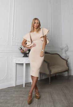 платье из неопрена бежевого цвета с воланами на плечах. Модно и стильно. #fashion #stile #women #sexy