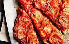 Mehevä tomaattipiirakka 1. Mittaa jauhot kulhoon, mausta suolalla. Lisää kevyesti vatkattu muna, öljy ja vesi. Sekoita ainekset tiiviiksi taikinapalloksi. Kääri taikina tuorekelmuun ja anna tekeytyä puolisen tuntia. 2. Leikkaa sipulit ohuiksi renkaiksi esimerkiksi mandoliini-vihannesleikkurilla höyläten. Silppua valkosipulinkynnet. Kypsennä sipulit pehmeiksi öljyssä, lisää tomaattimurska ja mausteet. Hauduta hetki. 3. Kauli taikina piirakkavuokaan sopivaksi levyksi. Painele voideltuun …