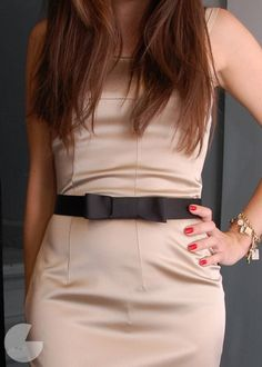 DIY Little Black Bow Belt by runway diy: Easy to make and completely removable. Try it wih any belt and any color grosgrain. Diy Belt For Dresses, Diy Belts, Bow Belt, Diy Ribbon Belt, Tie Bow, Vogue, Diy Clothing, Belted Dress, Refashion