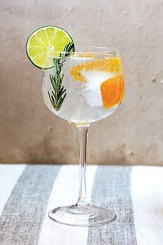 The classic gin and tonic is undergoing a sort of renaissance. Here are 12 of our favorite gin and tonic recipes. Gin Fizz, Hendrick's Gin, Cocktail Drinks, Cocktail Recipes, Alcoholic Drinks, Beverages, Gin Tonic Recetas, Tonic Syrup, Beste Cocktails