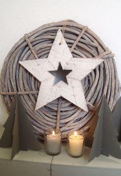 houten krans add star to back of large wicker basket