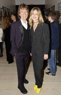 Georgia May Jagger verscheen in een krijtstreep pak bij de nieuwe expositie van de Rolling Stones in Londen - Vogue Nederland