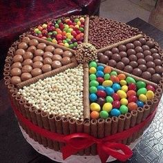 Bolo Kit Kat: 25 modelos incríveis (With images) Torta Candy, Candy Cakes, Cute Cakes, Yummy Cakes, Chocolate Box Cake, Chocolate Heaven, Chocolate Lovers, Chocolate Candy Cake, Chocolate Sweets
