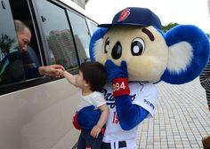 4日、子供には特別サービスをするやさしいドアラ =沖縄県北谷町の北谷公園野球場 【ドアラのキャンプ総集編 第1弾】未公開写真を一挙掲載 #doala #ドアラ