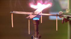 Wat zie je hier? Inderdaad, één van deze lucifers is ontbrand. Vreemd, hé? Dit komt door geleiding (conductie). Geleiding is het transport van E (warmte) via vaste stoffen, vooral metalen zoals Cu (koper) of Fe (ijzer). Het verschil met stroming is dat het metaal zelf niet beweegt. In de verwarmingsinstallatie is geleiding een component voor het warmteafgifte, om de warmte van het water door te geven aan het metaal.
