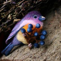 Сентябринки или многолетние астры — одни из самых любимых моих осенних цветов. Они как раз и вдохновили меня на создание яркой птички с одноименным названием. Для работы нам потребуются: - эскиз работы; - шерсть разного цвета (кардочес);…