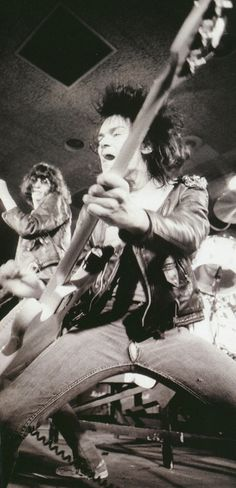 Dee Dee Ramone in full flight on stage with The Ramones at CBGBs Ramones, Rock Indé, El Rock And Roll, Music Icon, My Music, Alter Ego, Elvis Presley, Heavy Metal, Rockabilly