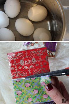 Zuerst kochst du deine Eier ganz normal und schreckst sie wie gewohnt ab. Danach schneidest du deine Ostereierfolien in die entsprechenden Abschnitte zurecht.