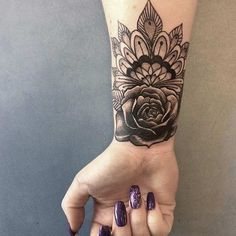 21 stilvolle Handgelenk Tattoo-Ideen für Frauen 21 Stylish Wrist Tattoo Ideas for Women The wrist has always been a popular place to tattoo. There are so many designs that can be created. No matter what style you choose from sub … Trend tattoos Tatuaje Mandala Floral, Mandala Wrist Tattoo, Wrist Tattoo Cover Up, Floral Mandala Tattoo, Wrist Tattoos For Guys, Small Wrist Tattoos, Tattoo Flowers, Mandala Rose, Dragonfly Tattoo