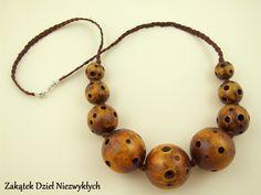 """Korale z kolekcji """"Matka Ziemia"""" - wykonane z drewnianych kul, ręcznie rzeźbione i malowane farbą akrylową, w odcieniach brązu, zabezpieczone lakierem, wykończone brązowym, lnianym sznurkiem z zapięciem (karabińczyk), całkowita długość korali to około 81 cm. Dzieło Wielkiego Słonia w Czerwone Paski."""