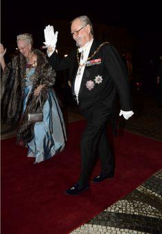 Den kongelige familie ankommer til nytårstaflet  Regentparret ankom som de sidste til Christian VII's Palæ.