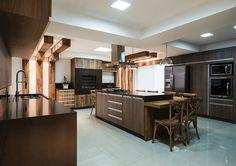 1- Achei incrível esse projeto sofisticado e moderno da cozinha pequena com churrasqueira de alvenaria com pastilhas e frontal de pedr...