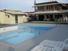 Casa de Alto Padrão localizada em Condomínio Fechado, toda mobiliada e à 100m da praia.