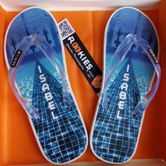 A la piscina hay que ir bien equipado ;) #chanclaspersonalizadas #calzadocomodo #madeinspain #Elche