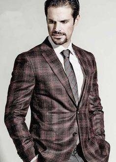 Blazer en lana, Pal Zileri. Camisa en algodón, Brooks Brothers. Pantalón en lana, Corneliani. Corbata en seda, Pal Zileri. Cinturón en piel, Ferragamo.